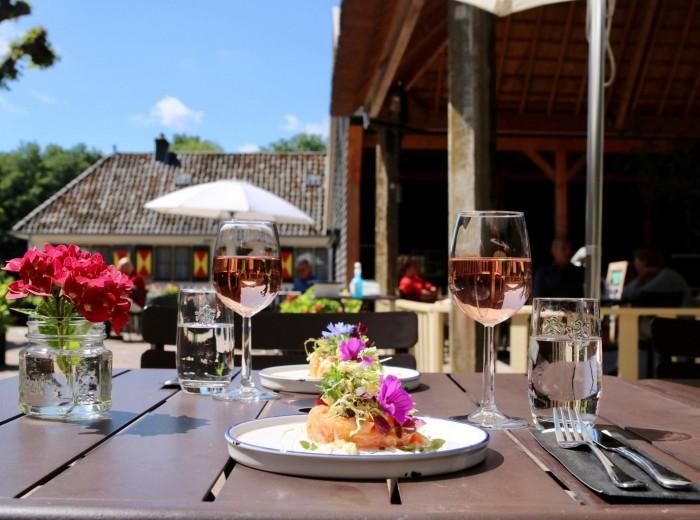 Genieten van een heerlijke lunch op het terras van de Hofboerderij te Kasteel Keukenhof.