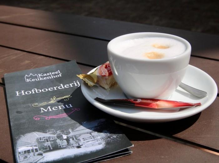 Een goed kop koffie op het terras van de Hofboerderij.