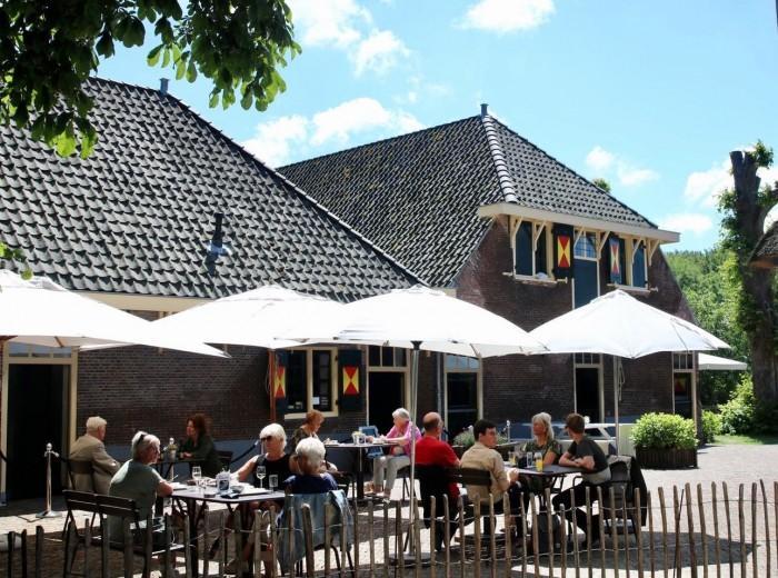 Het zonnige terras van de Hofboerderij te Kasteel Keukenhof.