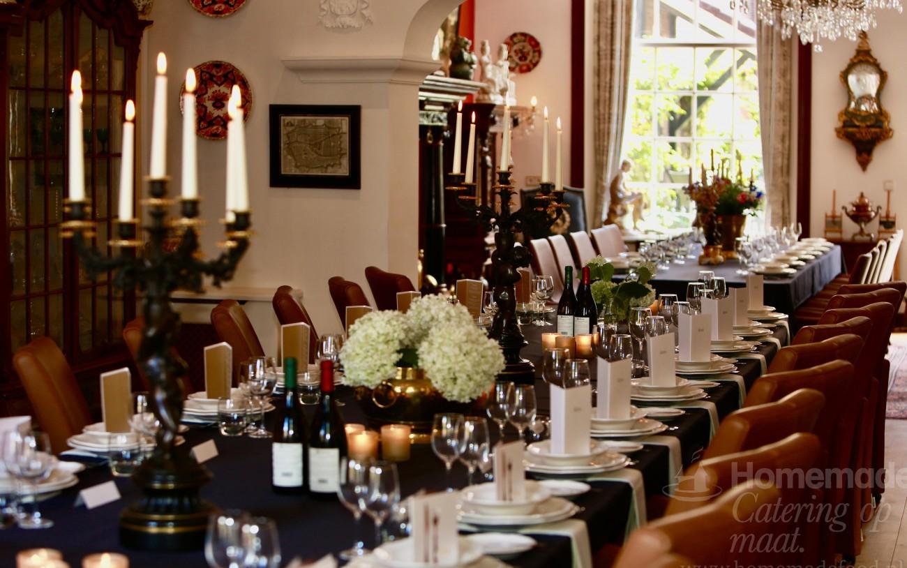 Het prachtige Rapenburg 6 te Leiden. Deze historische locatie leent zich perfect voor een familiediner, verjaardagdiner of zakelijk seated dinner.