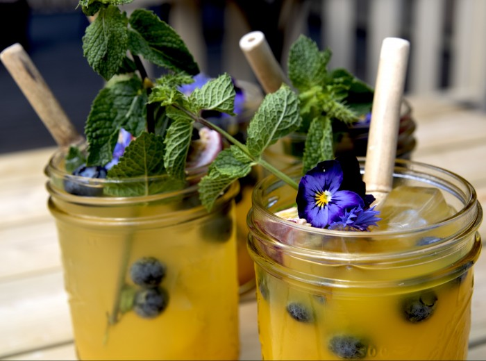 Een zomerse cocktail van het huis tijdens een diner in de Hofboerderij.